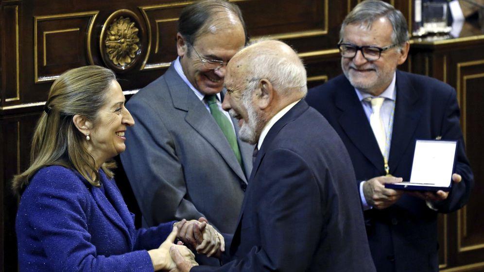 Foto: El arquitecto Eduardo Mangada Samáin recibe de manos de la entonces ministra de Fomento, Ana Pastor (i), la medalla CSCAE. (EFE)