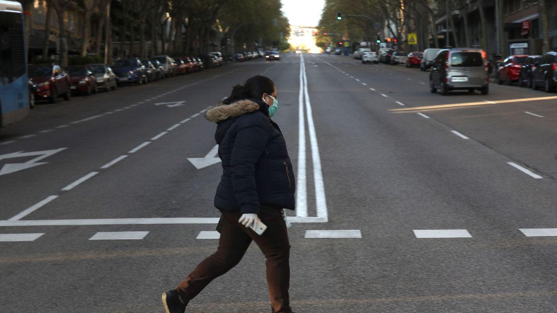 Una mujer atraviesa una calle del centro de Madrid, vacía este miércoles. (EFE)