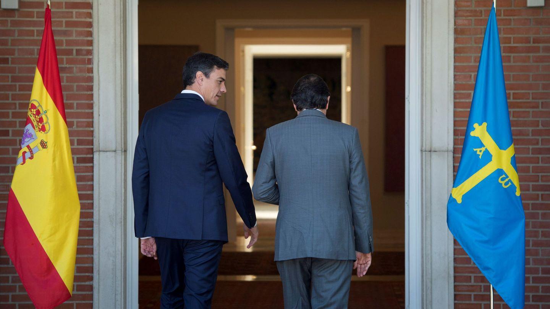 Pedro Sánchez y Javier Fernández entran en el palacio de la Moncloa para su reunión de este miércoles. (EFE)