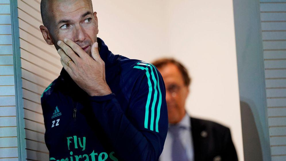 Foto: Zinédine Zidane entra en la sala de prensa de la Ciudad Deportiva de Valdebebas. (EFE)