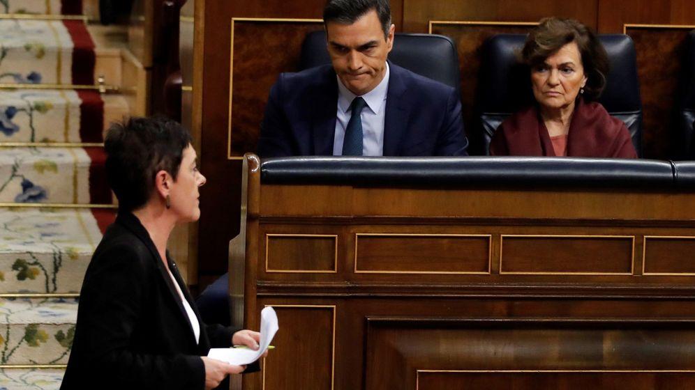 Foto: El candidato a la presidencia del Gobierno, Pedro Sánchez, observa a la portavoz de EH Bildu, Mertxe Aizpurua. (EFE)