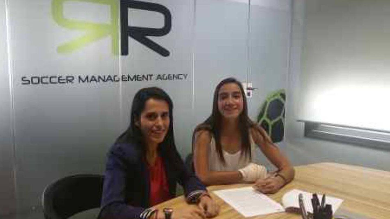 Ana Rossell, actual directora deportiva del Real Madrid, y Lucía Rodríguez en la agencia de René Ramos