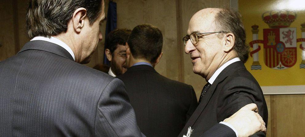 Foto: José Manuel Soria (i), conversa con el presidente de Repsol, Antonio Brufau (Efe)