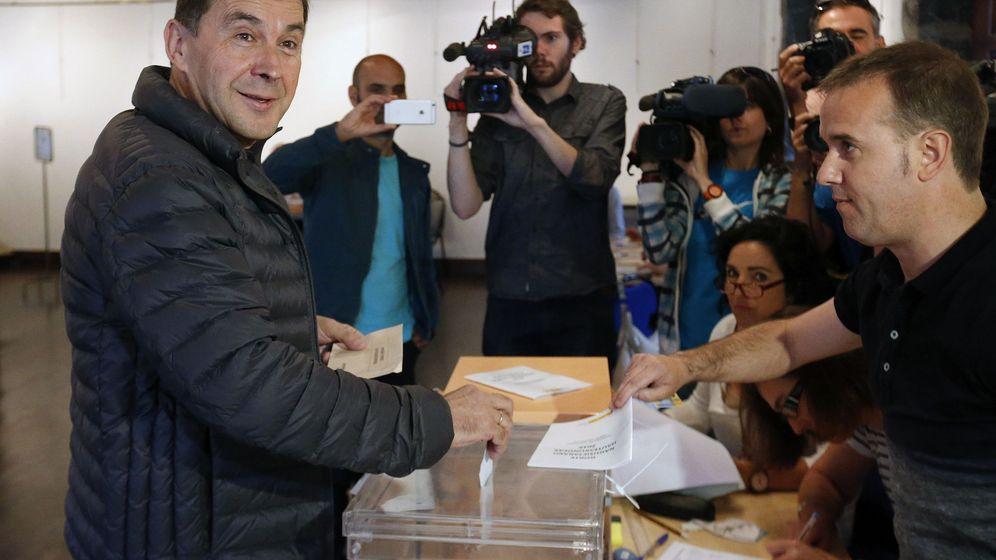 Foto: El líder de la izquierda abertzale, Arnaldo Otegi, acude a votar para las elecciones generales 2016. (Efe)