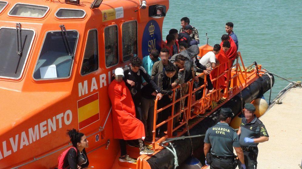 Foto: Llegada al puerto de Barbate (Cádiz) de inmigrantes rescatados por Salvamento Marítimo. (EFE)
