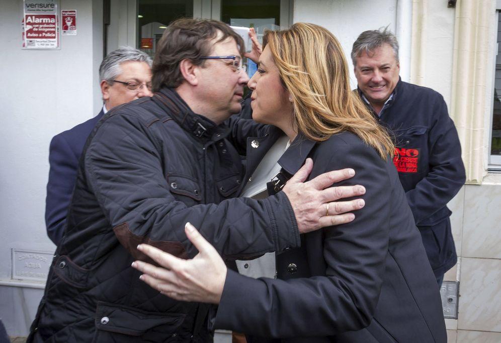Foto: Guillermo Fernández Vara y Susana Díaz se saludan en Monesterio, Badajoz, el pasado 7 de marzo. (EFE)