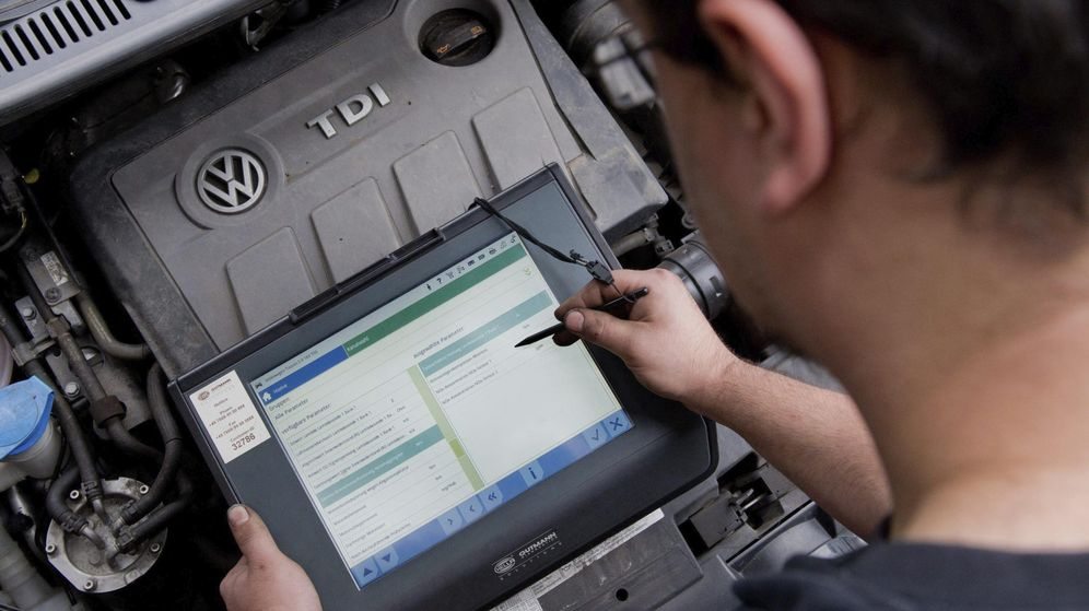 Foto: Un mecánico hace un análisis a un Volkswagen Touran. (EFE)