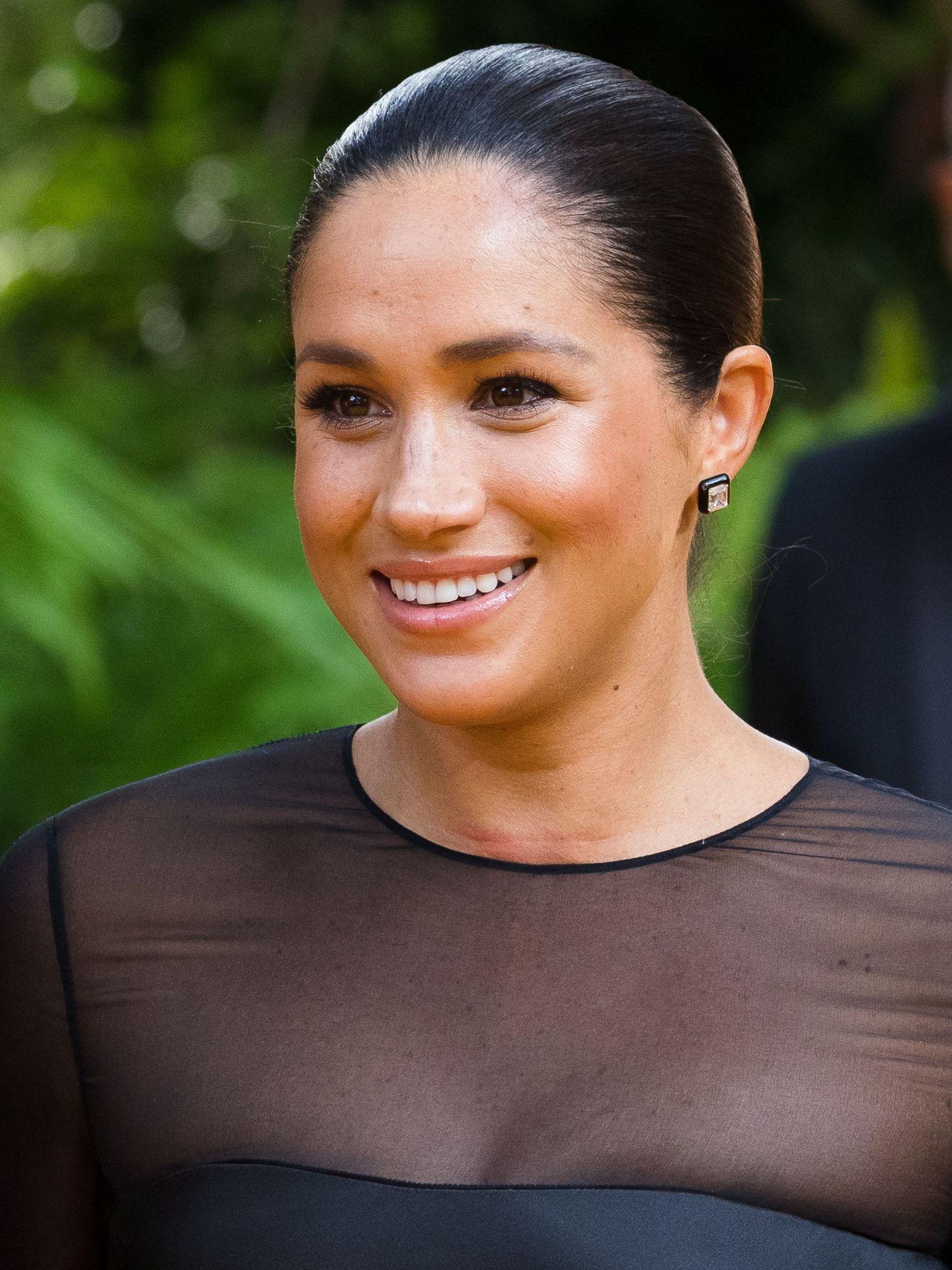 La duquesa de Sussex con una ligera marca en su cuello producida por la costura del vestido. (EFE)