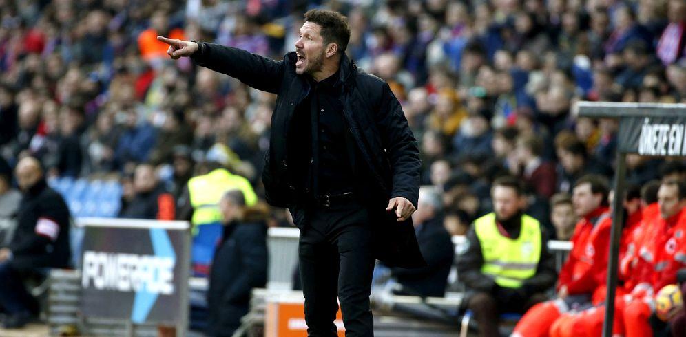 Foto: El Cholo Simeone, en la imagen, dando instrucciones durante el partido Atlético-Las Palmas (EFE)