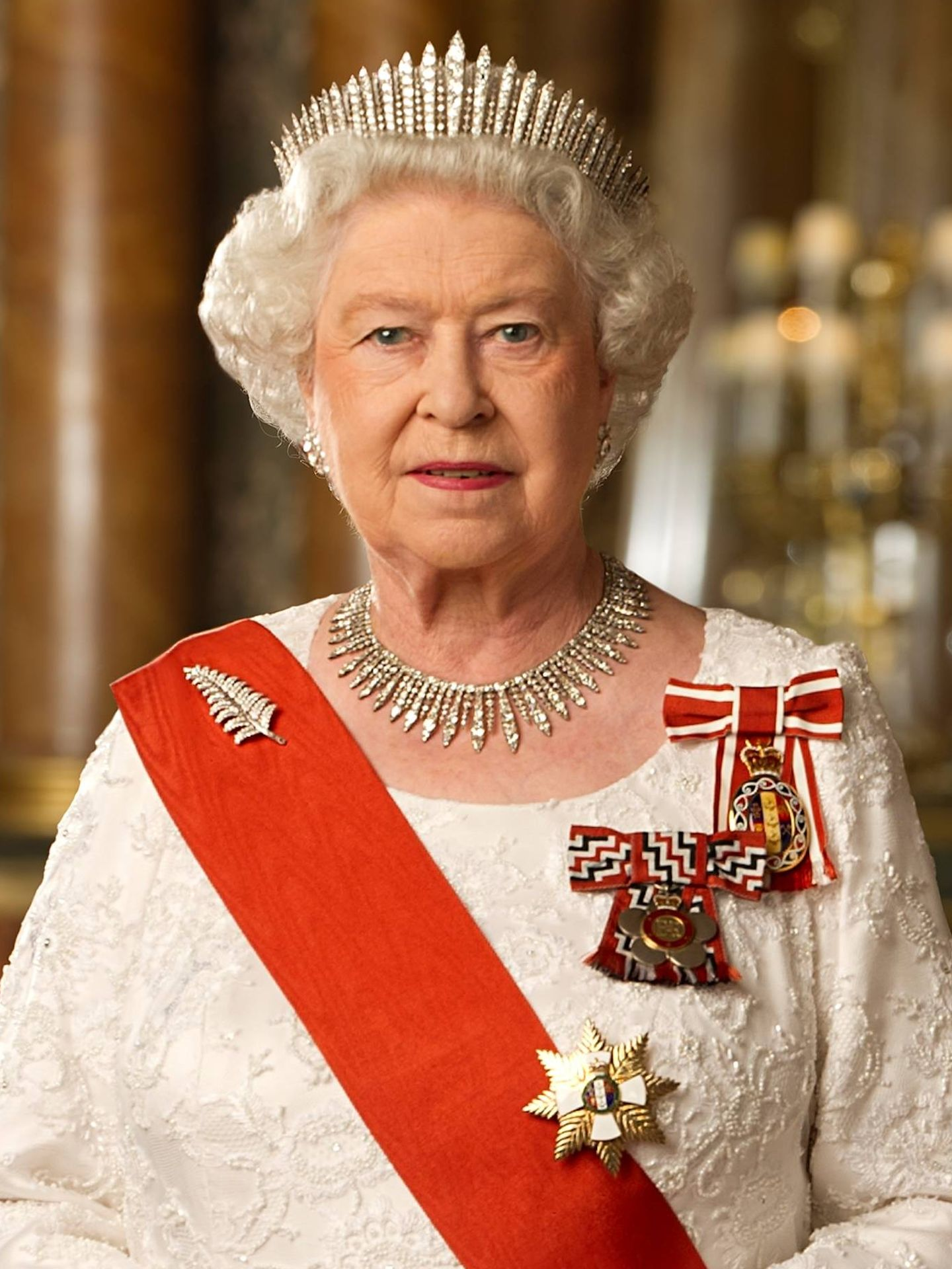 La reina Isabel, con la tiara Fringe. (Royal Family)