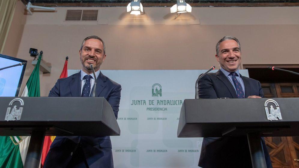 Foto: El consejero de Presidencia, Elías Bendodo (d), y el consejero de Hacienda, Industria y Energía, Juan Bravo. (EFE)