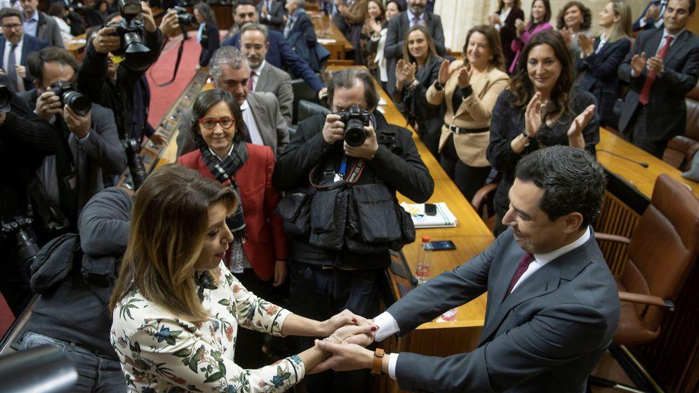 Foto: El líder del PP-A, Juanma Moreno, es felicitado por la hasta ahora presidenta del Ejecutivo andaluz, Susana Díaz, tras ser investido presidente de la Junta de Andalucía. (EFE)