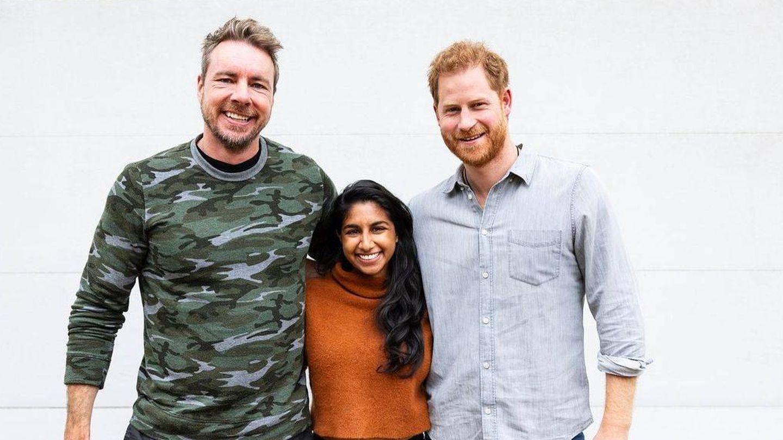 El príncipe Harry, con los presentadores del podcast. (@daxshepard)