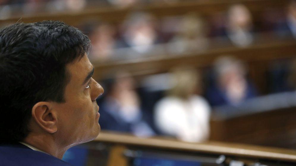 Foto: Pedro Sánchez sigue desde su escaño la segunda sesión de investidura en el Congreso, este 2 de marzo. (EFE)