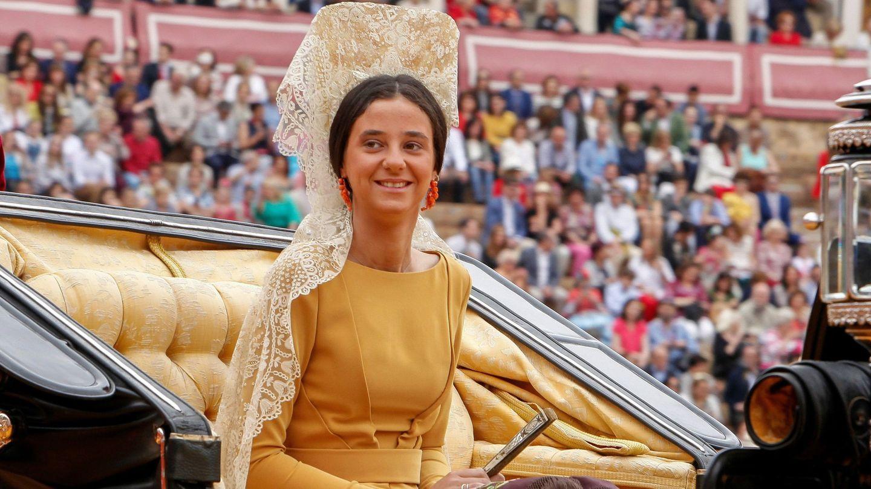 Victoria Federcia, con mantilla, en su debut social en Sevilla. (EFE)