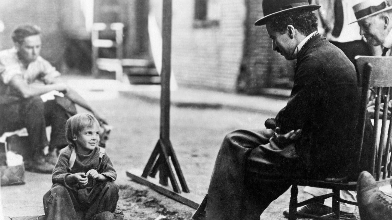 Charles Chaplin y Jackie Coogan, en el rodaje de 'El chico'. (CP)