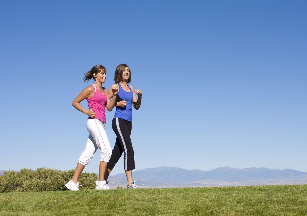 Foto: Andar es el ejercicio físico básico que todos realizamos. (iStock)