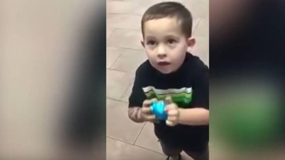 Roba una chocolatina y su padre le da una lección