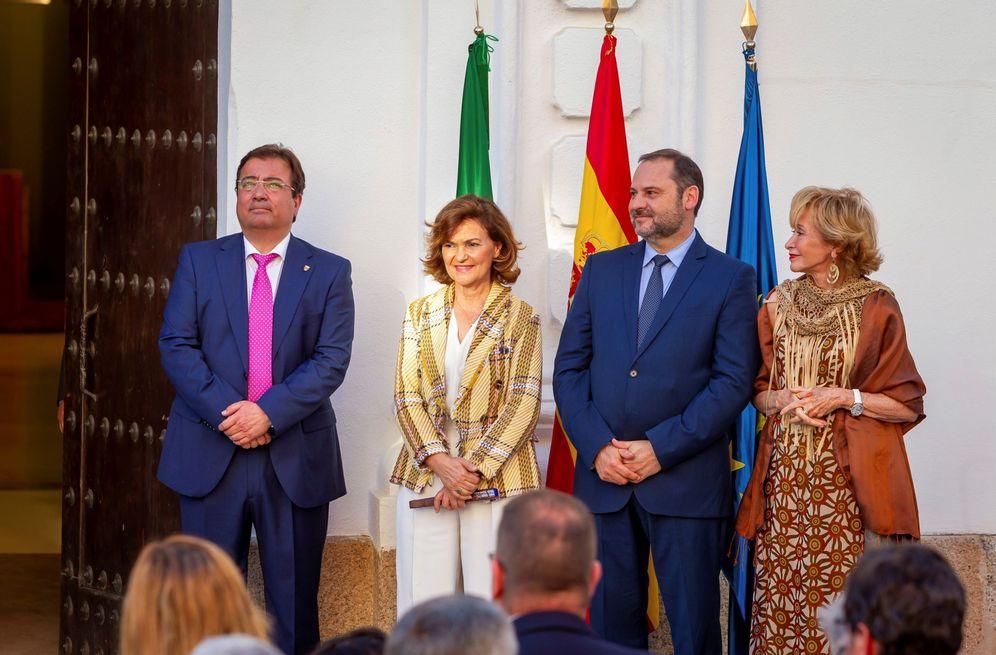 Foto: Carmen Calvo, José Luis Ábalos y María Teresa Fernández de la Vega en la toma de posesión de Guillermo Fernández Vara, el pasado 27 de junio en Mérida. (EFE)
