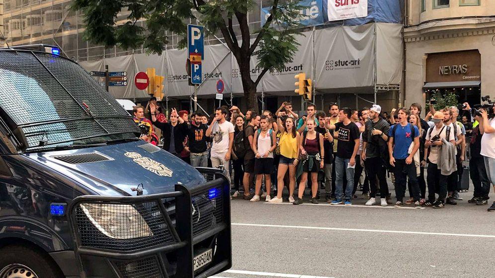 Foto: Concentración ante la Jefatura de Policía en la Via Laietana. (Cordon Press)