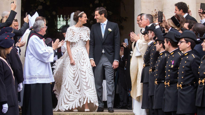 El príncipe Jean-Christophe Napoleon y la condesa Olympia Arco-Zunneberg, a la salida de San Luis de Los Inválidos. (EFE)