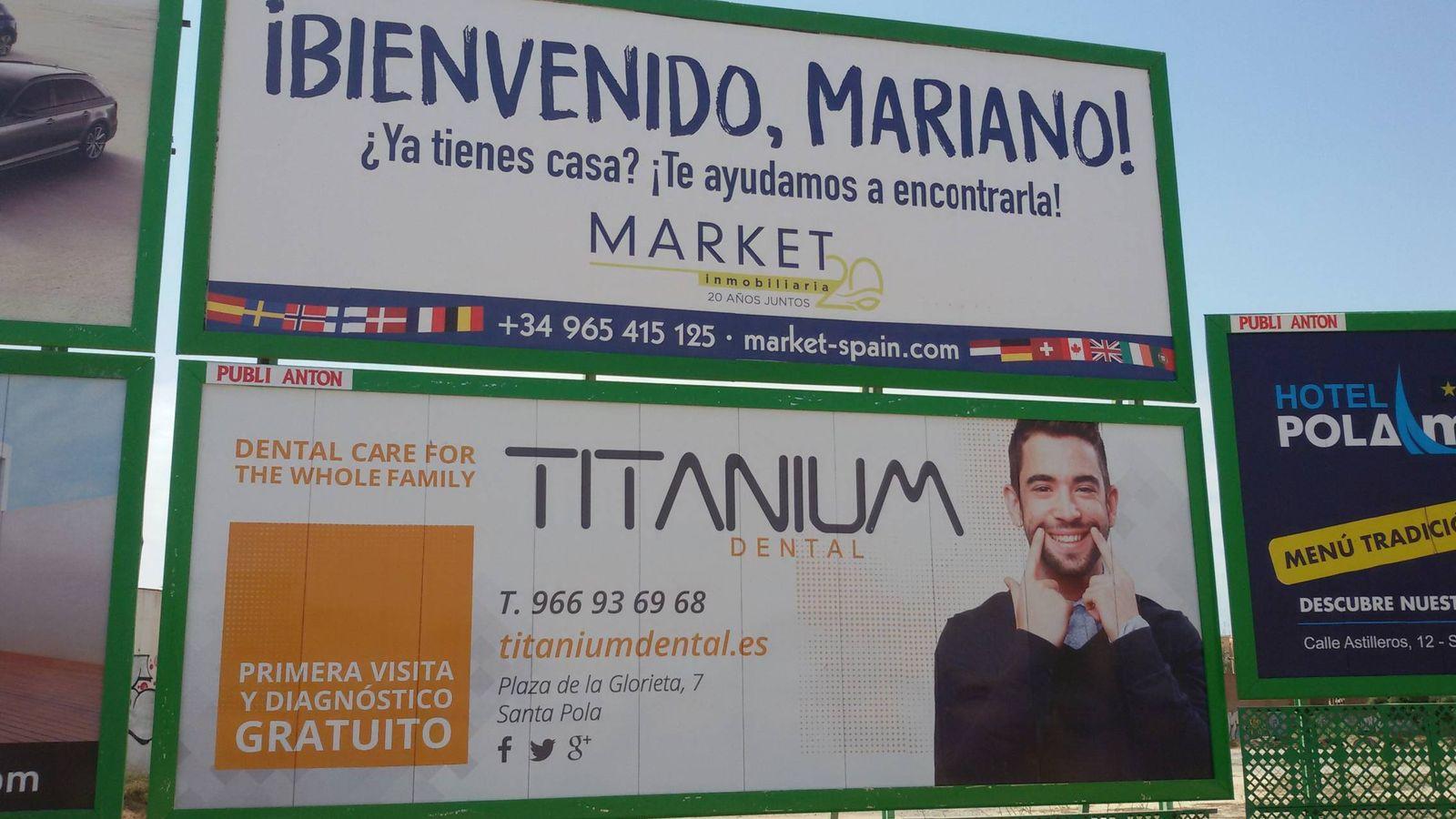Foto: Una inmobiliaria ha aprovechado el regreso a su plaza de Mariano Rajoy para anunciarse en Santa Pola. (V.R.)