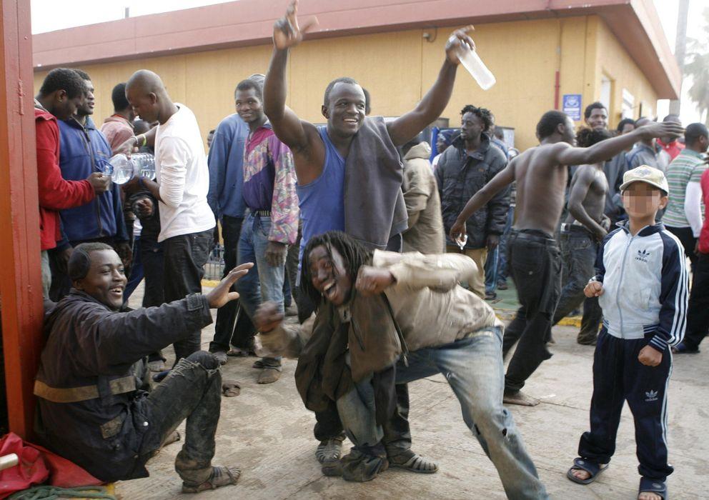 Foto: Algunos de los más de 500 inmigrantes que entraron este martes en Melilla tras saltar la valla (EFE)