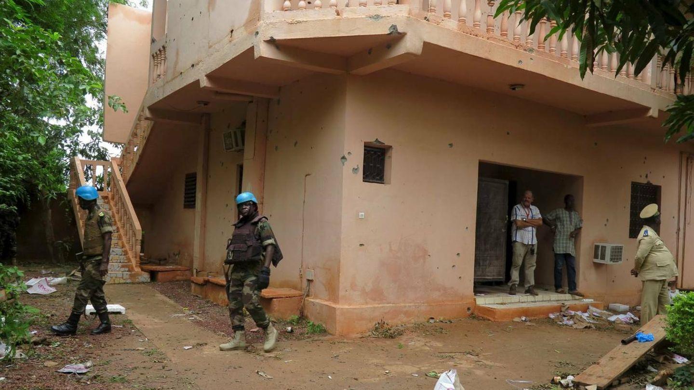 Soldados vigilando el recinto tras el ataque yihadista contra un hotel en Sevare, Mali. (Reuters)