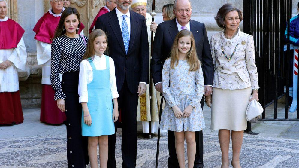 Foto: Los reyes Felipe y Letizia, sus hijas y los reyes don Juan Carlos y doña Sofía. (EFE)