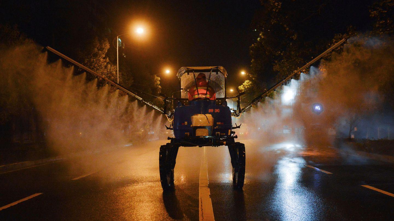 Un trabajador desinfecta las calles en Yunmeng, Hubei, China. (Reuters)