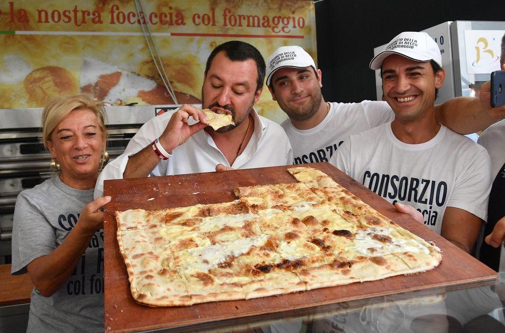 Foto: Salvini almorzando en Génova (EFE)