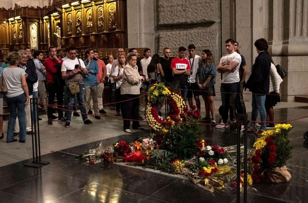 Foto: Las últimas visitas a la tumba de Francisco Franco en el Valle de los Caídos, el pasado 11 de octubre. (EFE)