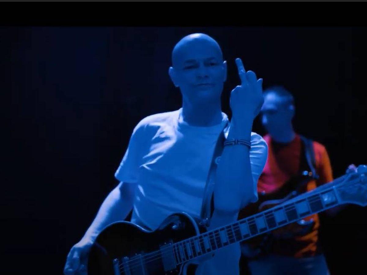 Foto: El vocalista de Celtas Cortos en el último tramo del videoclip de 'Adiós, presidente' (YouTube)