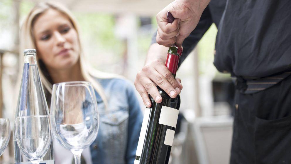 Los trucos para abrir una botella de vino cuando no tienes sacacorchos
