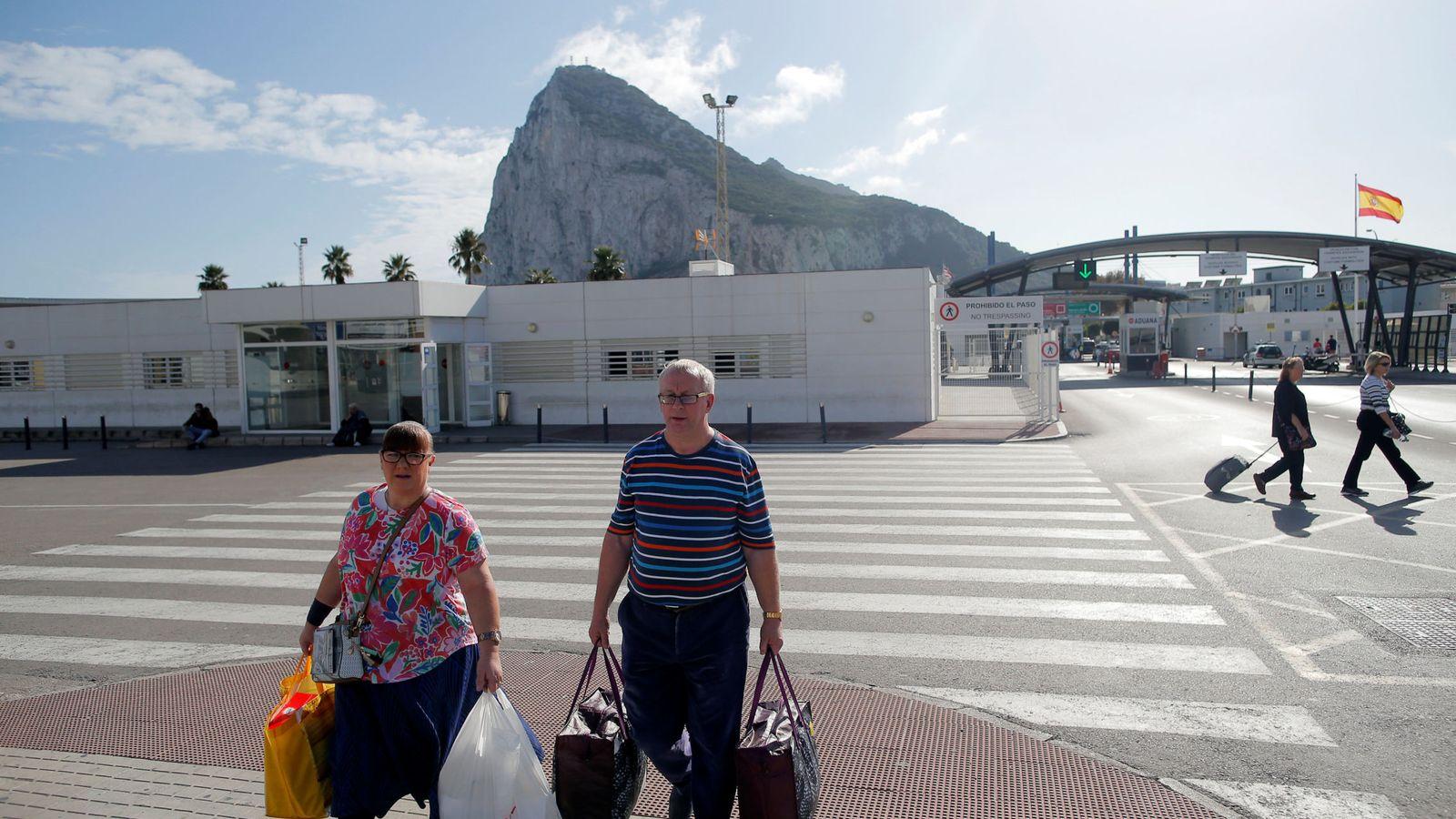Foto: Dos personas cruzan la frontera británica de Gibraltar con España. (Reuters)