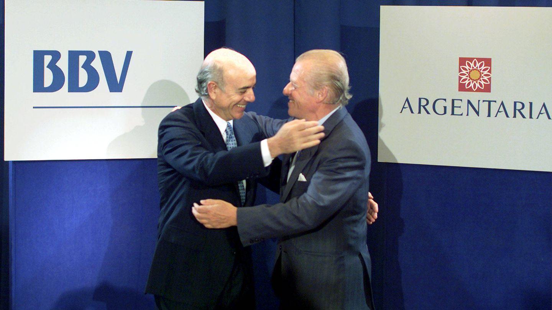 Emilio Ybarra, presidente del BBV, y Francisco González, presidente de Argentaria, tras acordar la fusión en 1999. (Reuters)