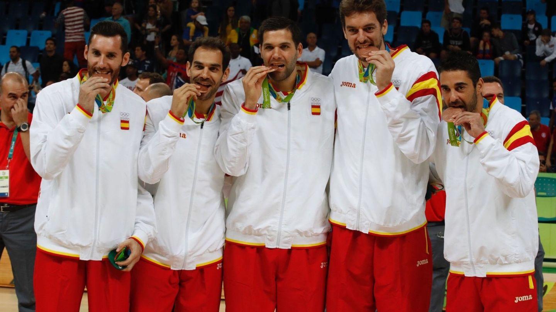 Rudy Fernandez, José Manuel Calderón, Felipe Reyes, Pau Gasol y Juan Carlos Navarro, en el podio de los Juegos Olímpicos Río 2016. (EFE)