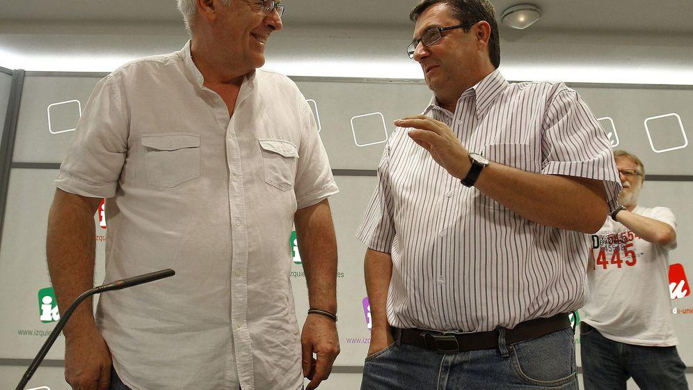 Foto: Cayo Lara, junto al diputado nacional de IU José Luis Centella (EFE)
