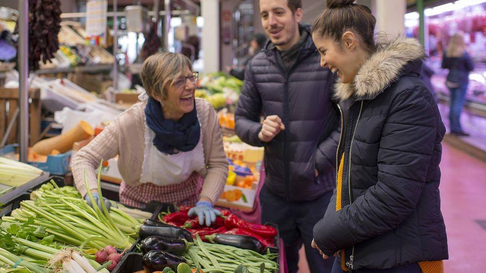 Foto: Carolina Sánchez e Iñaki Murua, en el mercado comprando verduras a Mari Carmen.