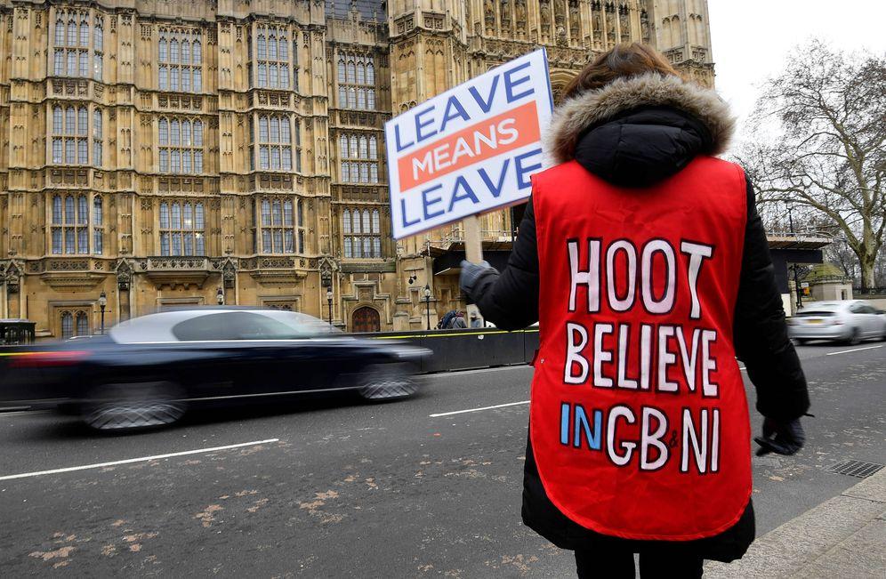 Foto: Una manifestante a favor del Brexit se manifiesta ante el Parlamento británico, en Londres. (Reuters)