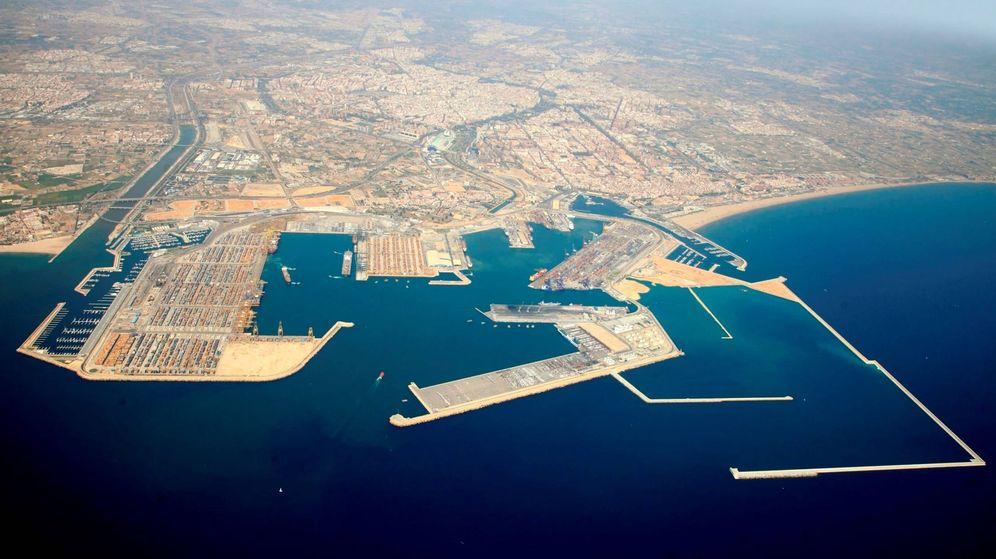 Foto: El puerto de Valencia, con los diques de abrigo de la ampliación construidos pero sin colmatar.