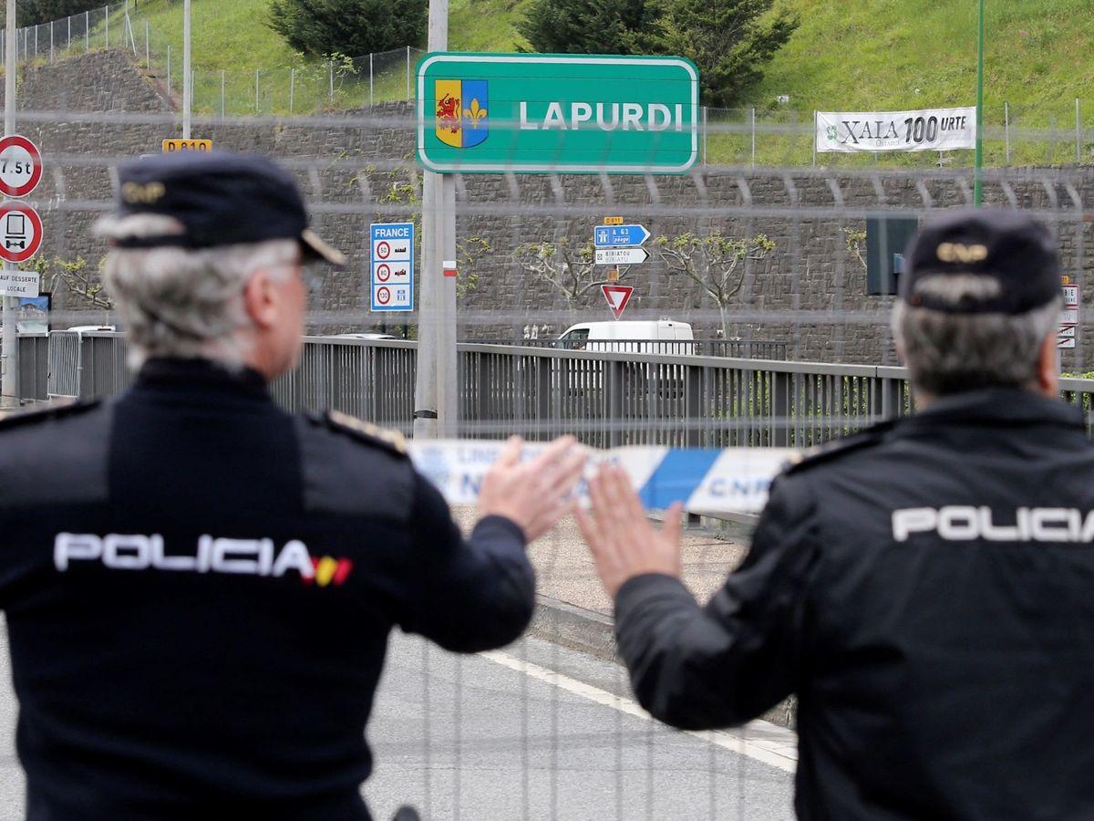 Foto: Dos policías, en la frontera de Irún. (EFE)
