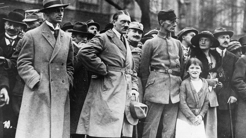 A la izquierda, Alfred Rosenberg junto a Adolf Hitler y Friedrich Weber, durante el Putsch de Múnich, en noviembre de 1923
