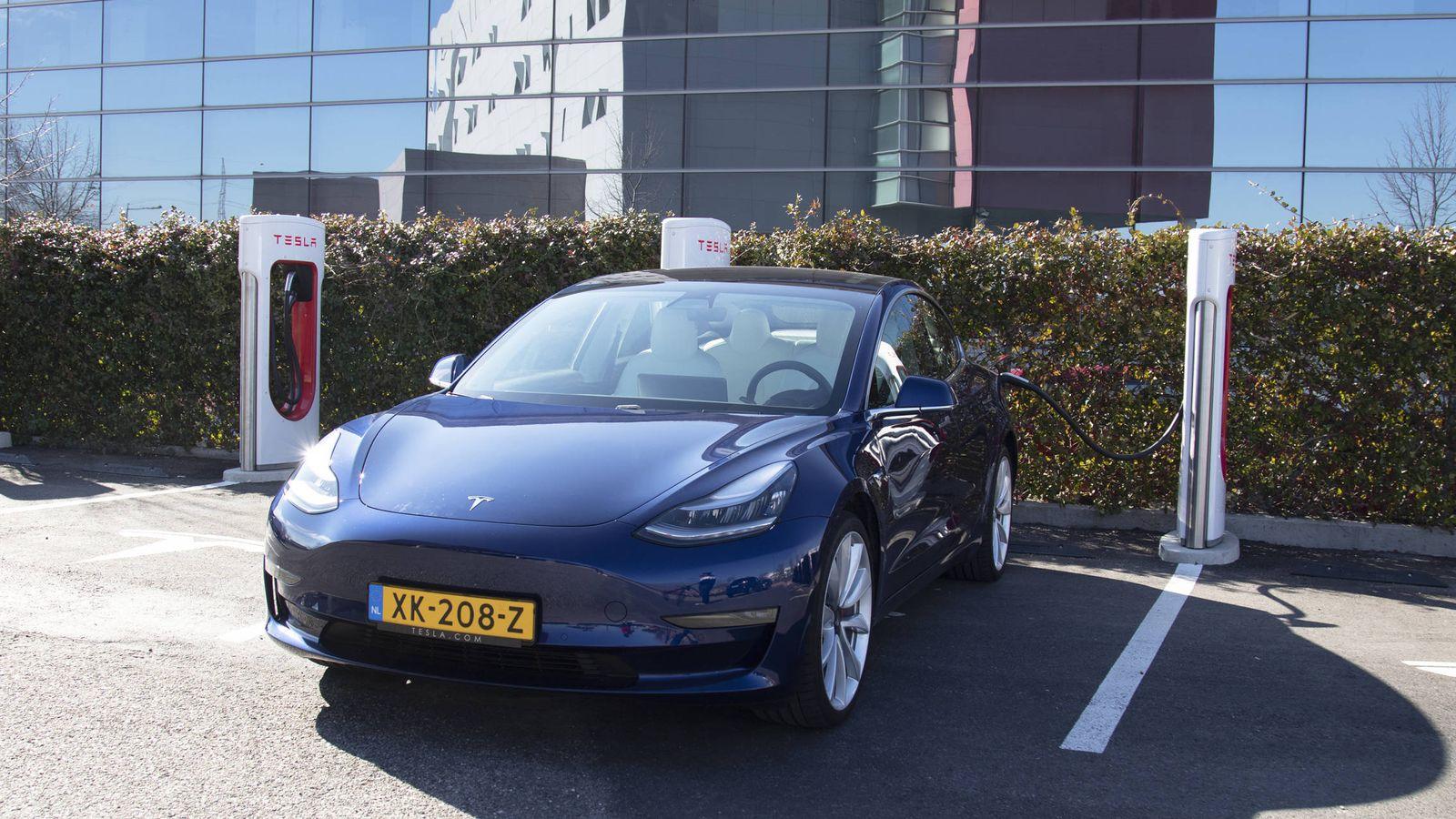 Foto: El Tesla Model 3 en una de las estaciones de 'súper cargadores'. (Foto: Patricia Seijas)
