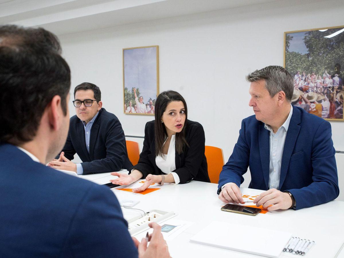 Foto: Inés Arrimadas acompañada por José María Espejo-Saavedra (i) y Carlos Cuadrado (d). (EFE)