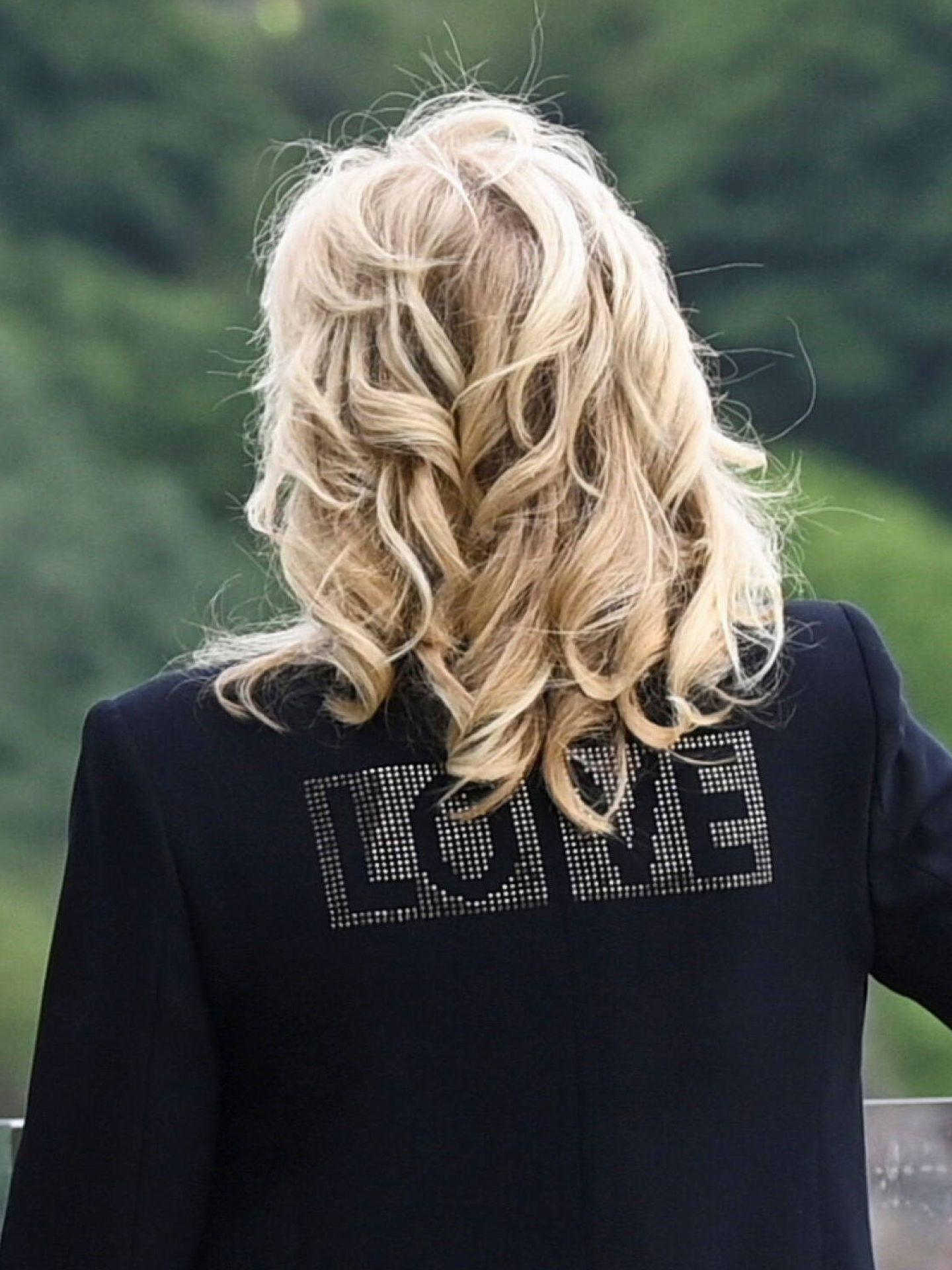 Jill Biden y su chaqueta que reza 'Love'. (Reuters)
