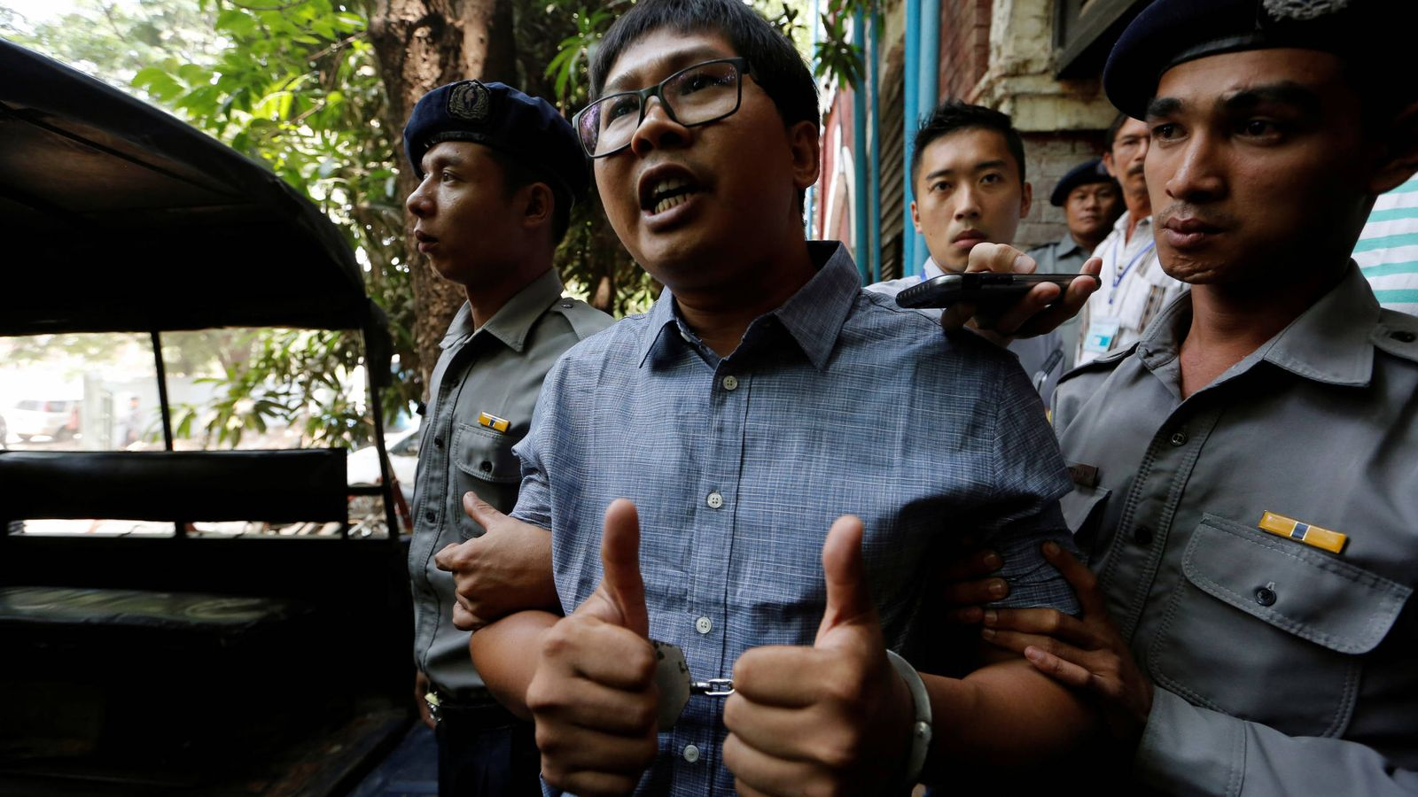 Foto: El periodista de Reuters Wa Lone tras una sesión del proceso en su contra en Yangon, Myanmar. (Reuters)