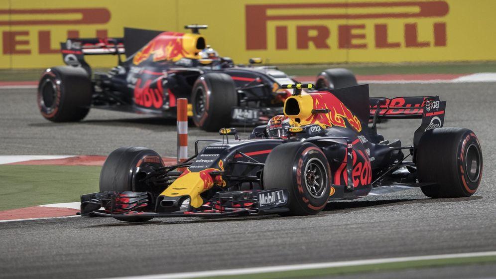 Foto: Verstappen y Ricciardo, en el Gran Premio de Baréin. (EFE)