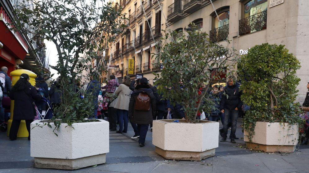 Foto: Maceteros en la calle de Preciados de Madrid las pasadas Navidades (EFE)