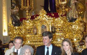 Los Alba evitan la polémica en la 'levantá' del Cristo de los Gitanos